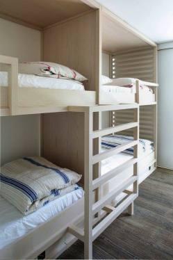 Quatre lits bien séparés sur un même mur