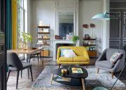 Salon de style nordique, couleurs jaune, bleu, gris dans appartement de style Haussmannien