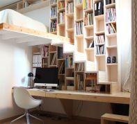Bureau sous escalier avec casiers servant de bibliothèque