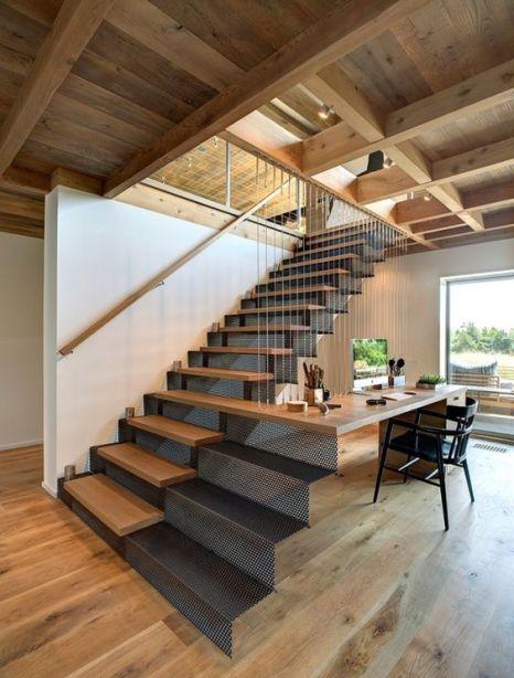 Bureau relié à l'escalier en bois et métal