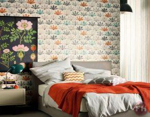Le papier peint utilisé en tête de lit met le lit en valeur, de très jolis couleurs qui apportent une ambiance chaleureuse et contemporaine