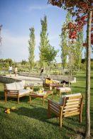 Salon de jardin en bois avec table basse et coussins