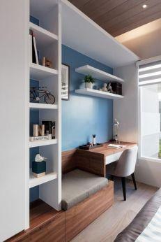 Bureau, bibliothèque et coin repos sur mur bleu