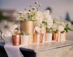 Centre de table avec pots de récupération et fleurs blanches