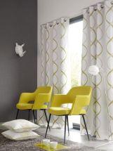 Ambiance gaie et chaleureuse, rideaux à motifs blancs et jaunes et fauteuils jaunes