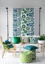 Ambiance tonique pour ce salon de jardin tout en camaieux de verts et bleus avec poufs et coussins